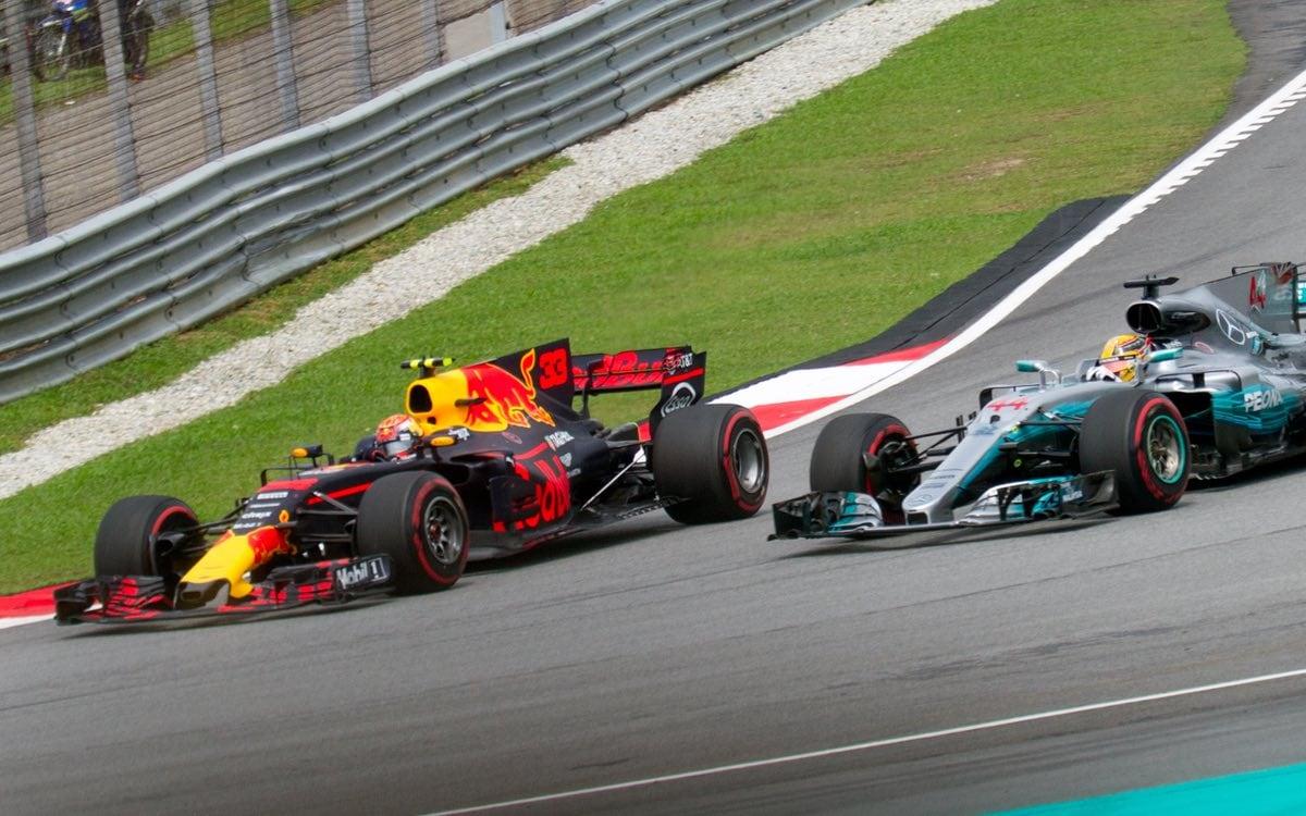 Max_Verstappen_overtaking_Lewis_Hamilton_2017_Malaysia